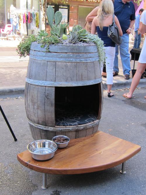 casa para perro hecha con un barril de cerveza