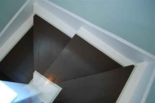 escaleras pintadas cafe con blanco