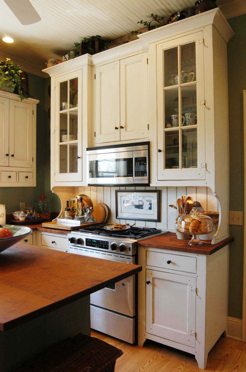 A joyful cottage cottage style kitchen for Bungalow style kitchen cabinets