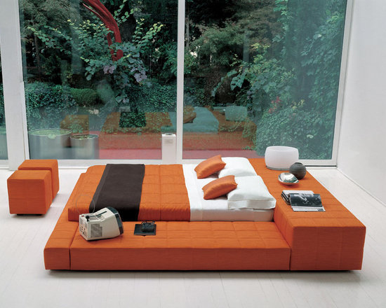 Squaring Peninsula Bed - Squaring peninsula bed is upholstered bed that can float in the room. A design choice that privileges modern geometric shapes, playing with the volumes of the various elements. Available in many fabric choices and leather colors. The side element can be either left or right. Contact info@casaspazio.com for more information.