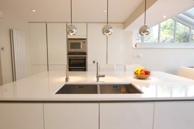 White gloss handleless kitchen modern-kitchen