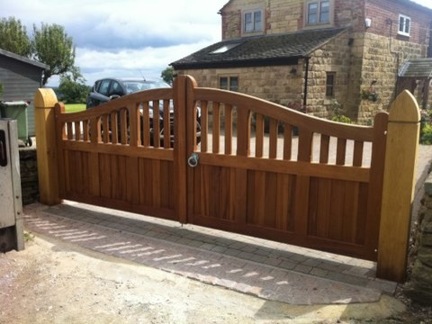 Gate designs wooden driveway gates for Wooden front gate designs