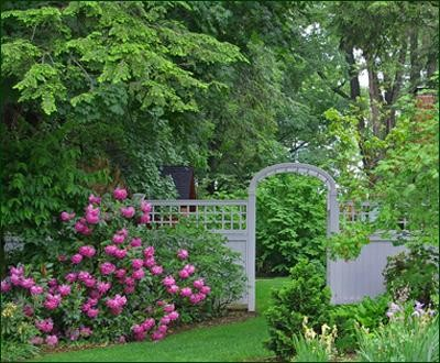 Universal with Lattice Topper modern-home-fencing-and-gates
