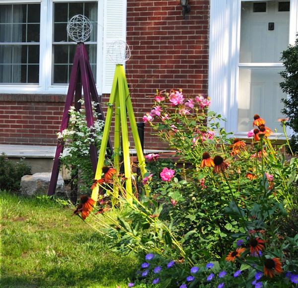 Akoris Garden Tuteur in the garden modern-garden-statues-and-yard-art