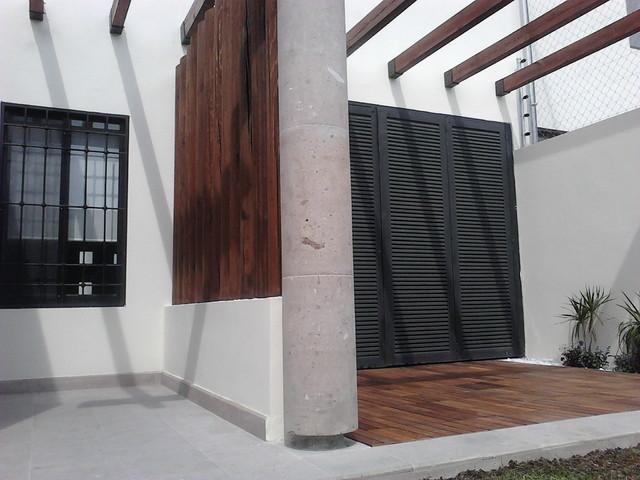 Terraza de morillos pergolas y madera en piso - Pergolas en terrazas ...