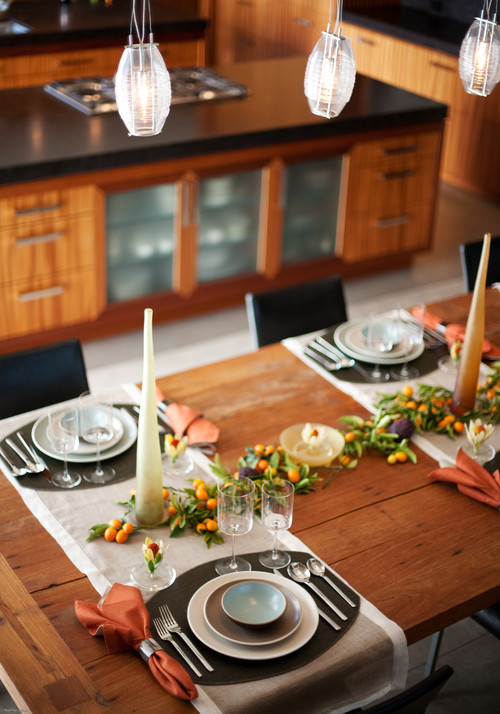 Vida 39 s think tank inspiring holiday tablescapes rustic for Kitchen table setting ideas