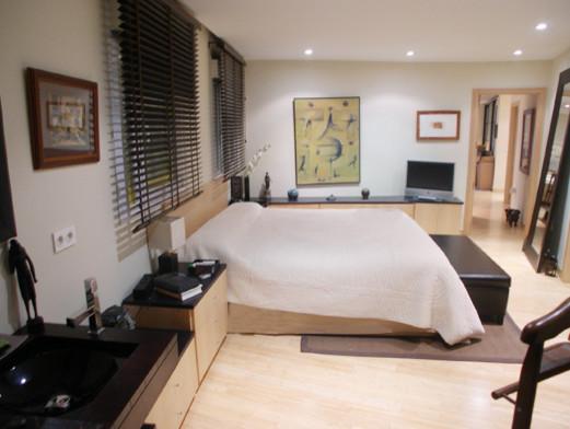 cama con cabecero y mueble bajo a medida  Traditional  Bedroom
