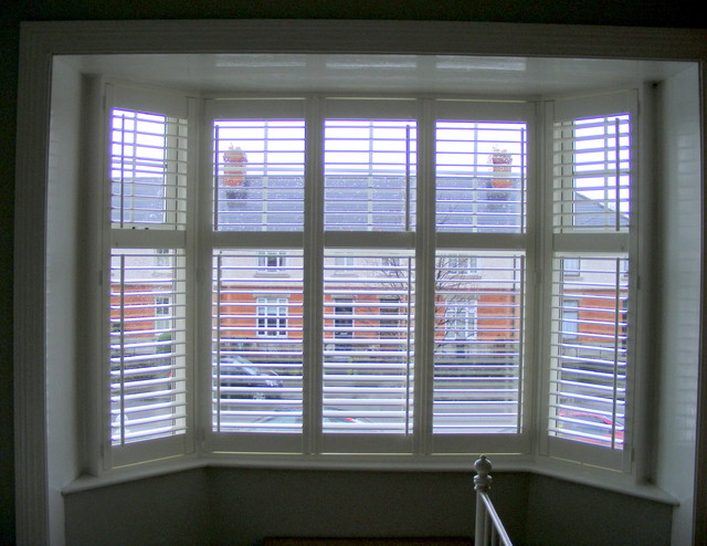 Bedroom bay window shutters for Habillage fenetre baie window