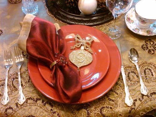 mesa decorada con servilleteros y adornos navideños