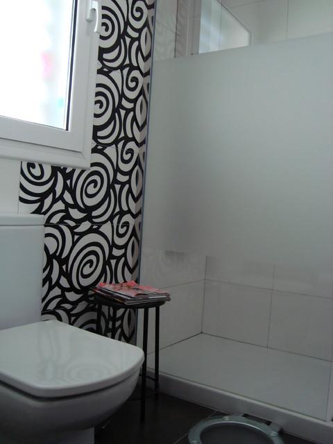 Ba o blanco y negro vivan las flores modern bathroom for Bano blanco y negro