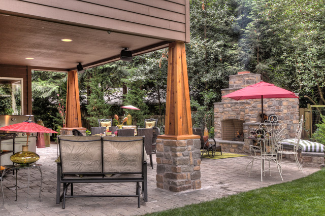 Outdoor Fireplace with pizza oven traditional 