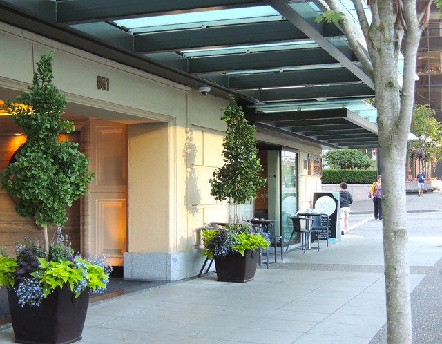 Luxury hotel entrance summer traditional traditional for Hotel entrance decor