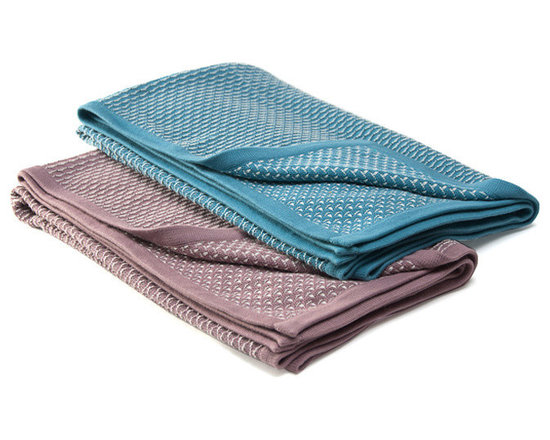 Sefte Living - Sefte Una Baby Blanket Lilac - Even if you don't have the time to knit your bundle of joy a blanket, you can live with the comfort that she or he will be swathed in pure joy. This hand-crafted, ecofriendly reversible blanket feels almost as comfortable as your warm embrace.