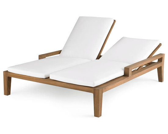 Banyan Double Chaise - Influenced by the power and romance of the Banyan tree's epiphyte nature to spread its roots and bear fruit, Link Outdoor introduces its Banyan Collection, design by Holly Hunt. Seen as a departure from the strong contemporary and youthful lines of recent introductions, Banyan is a deep-seated luxurious collection of plush classical outdoor furniture made for lounging and pure comfort - a collection that will transform outdoor spaces into contentment zones for living well. © Link Outdoor
