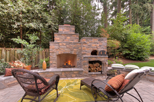 Outdoor fireplace with pizza oven traditional portland for Four pizza exterieur
