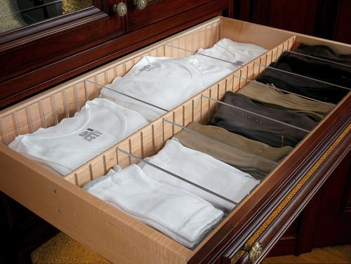 organización de camisetas y calcetines en un walk in closet