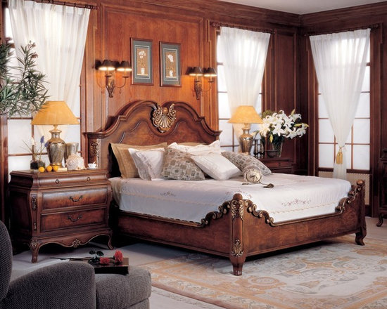 Windsor Bedroom Set - Windsor 5-pcs bedroom set in Mahogany finish with gold accent.  This collection features traditional American design with exquisite detailed hand carvings for a luxurious and comfortable bedroom.