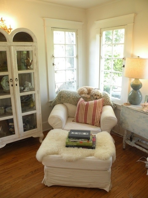 Cozy reading corner for Small reading room design ideas