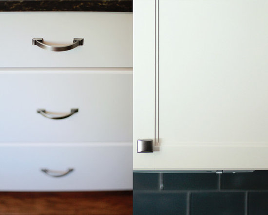 Clean Cut Dover Kitchen - The Shiloh Door is clean with Subtle details. The Amerock Handles and Knobs Compliment the Style.