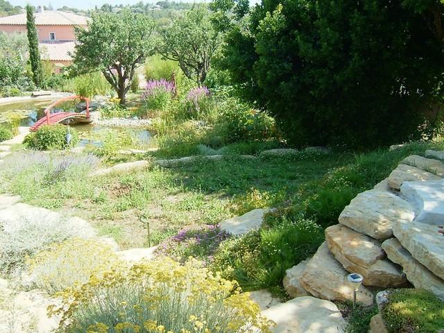 Ambiance jardin japonais avec plan d 39 eau mediterranean other metro by atelier fleuridas for Plan jardin japonais