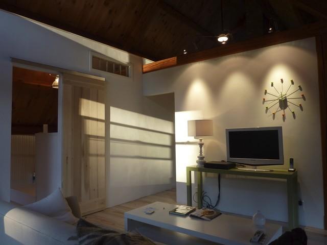 Bratt tv contemporary-bedroom