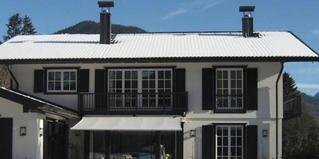 Holzfenster mit Sprossen und Klappläden im Landhausstil
