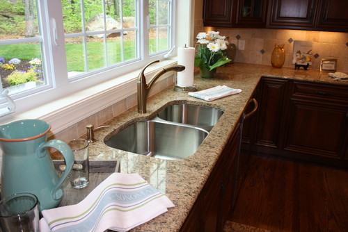 Giallo Veneziano granite with dark maple cabinets