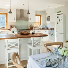 White open-plan traditional kitchen | Traditional kitchen decorating ideas | hou
