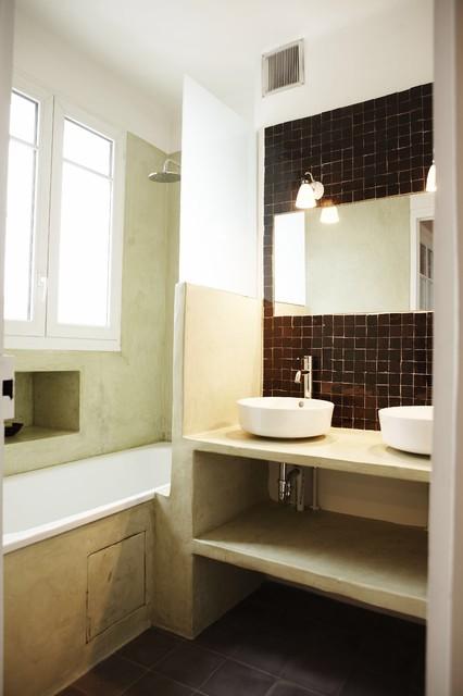 Salle de bain en tadelakt zeliges et carreaux de ciment - Salle de bain tropicale ...