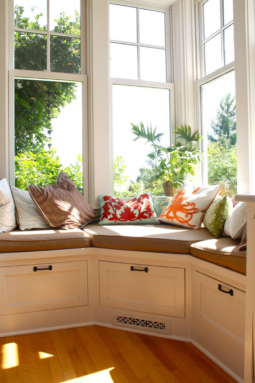 Dreamy window seat inspiration photos pretty handy girl for Banquette sous fenetre