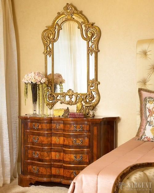 комод деревянный зеркало золоченое в спальне с горчичными стенами