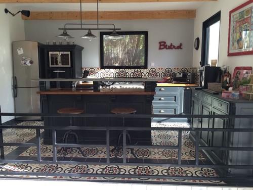 id es d co cuisine bistrot meubles de m tier en hauteur qui surplombe la salle pi ce vivre. Black Bedroom Furniture Sets. Home Design Ideas