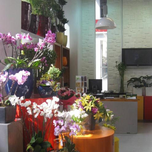 3D wall tiles make the presentation of flowers look even better! wallpaper