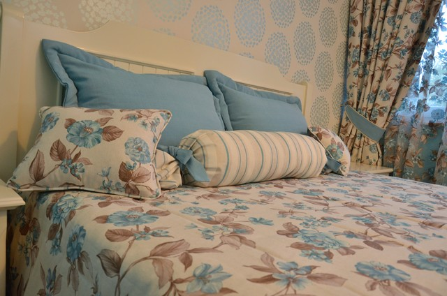 Nice sea apartment in English style decorative-pillows