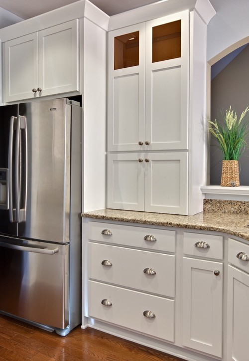 Bin pulls and knobs vs. Bar Pulls with white Shaker Cabinets ...