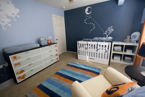 cuarto azul con detalles anaranjados