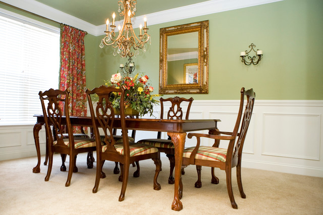 English dining room in red and green traditional for Traditional red dining room