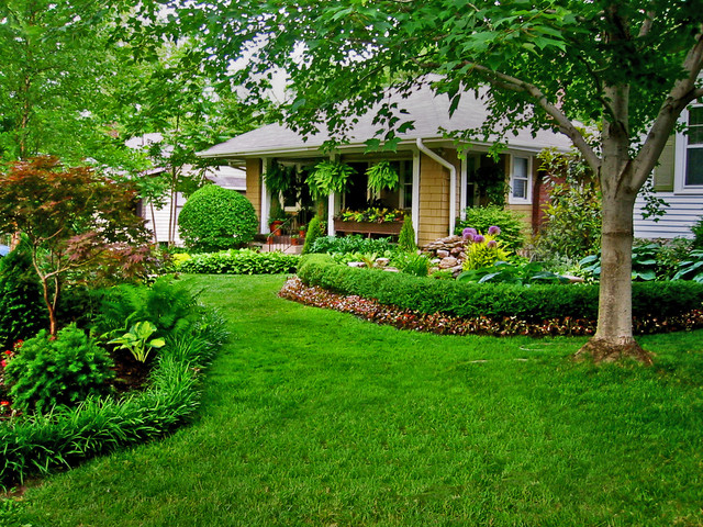 Bungalow front yard landscaping ideas 2017 2018 best for Traditional landscape