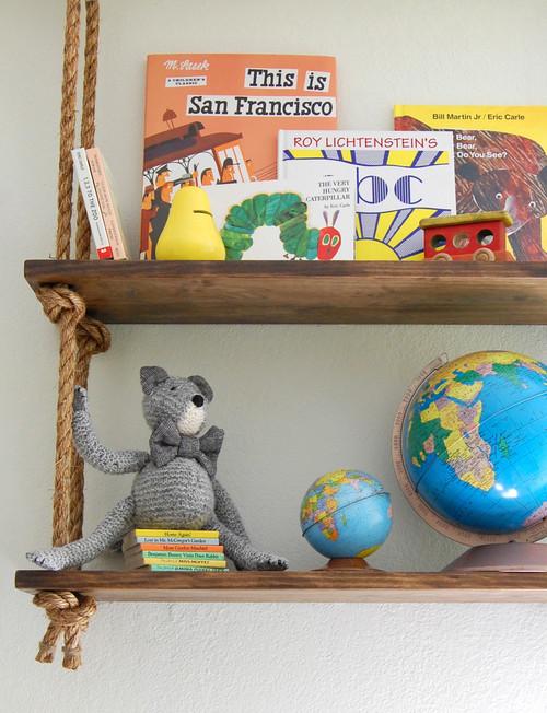 librero hecho con madera y soga