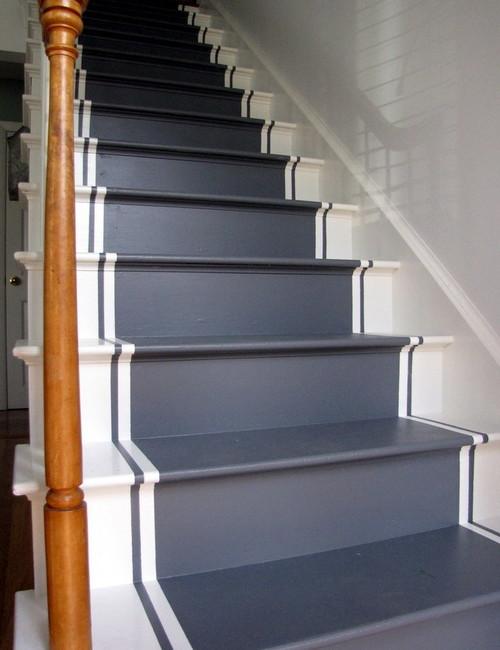 Escaleras pintadas blanco y azul