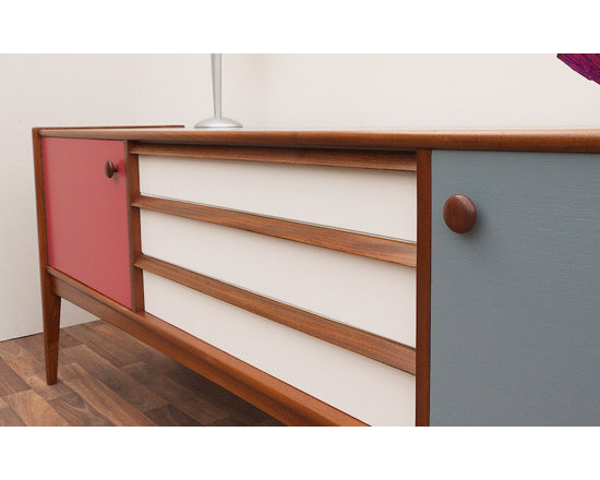 Vintage Teak Sideboard - A classic mid century sideboard made by Youngers and originally retailed by Lee Longlands of Birmingham, both a byword for quality and this piece is no exception.