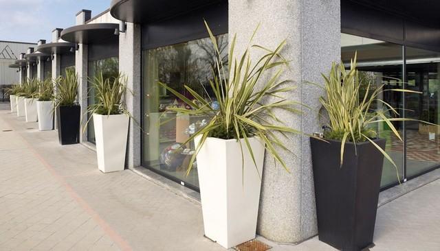 Kabin high outdoor pot by serralunga modern outdoor for Vasi arredo soggiorno