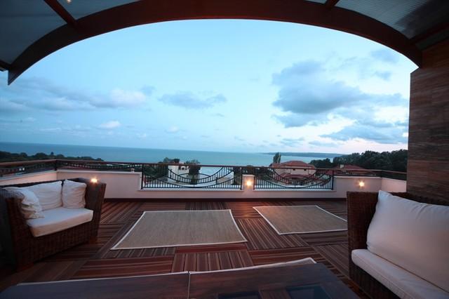 Lounge under heaven. eclectic-exterior