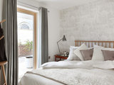 contemporary bedroom Tempted to Try Wallpaper? 10 Tips for Finding the Right Pattern (12 photos)