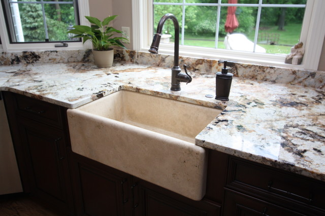 Traditional farmhouse kitchen sink