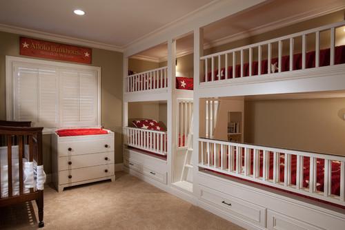cuarto con cuatro literas blancas y una cuna de madera