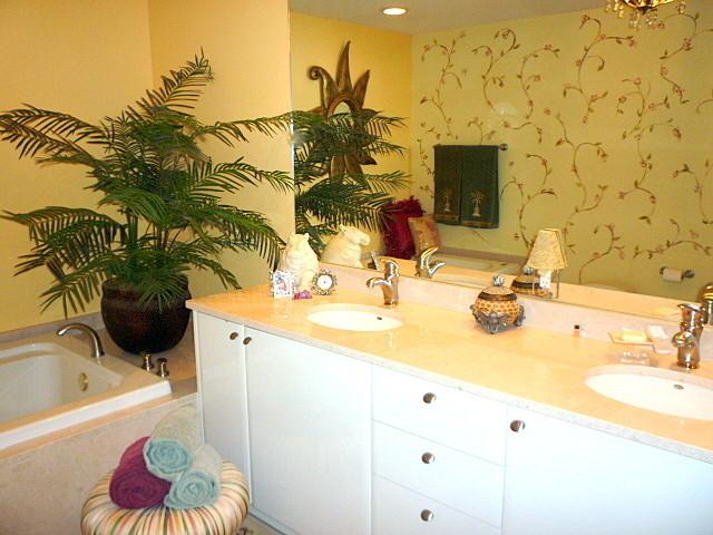 Sunny Isles Beach traditional-bathroom