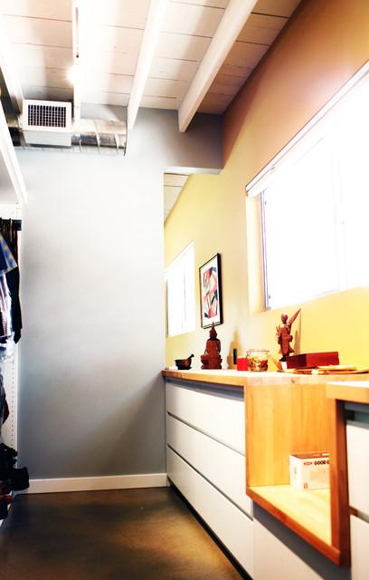 Sun View House modern-closet