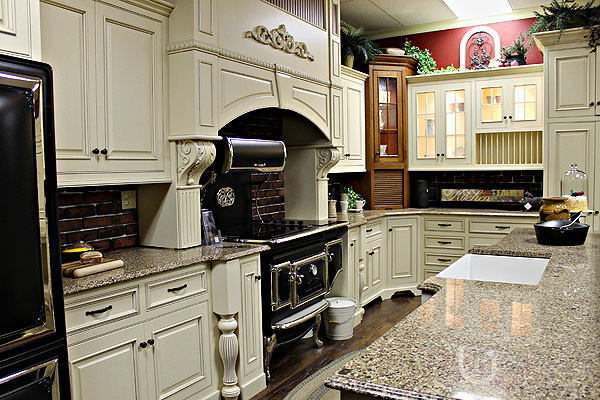 White maple amish kitchen cabinets farmhouse kitchen for Amish kitchen cabinets