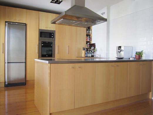 Mobiliario de cocina a medida acabada en madera de haya y for Muebles a medida de cocina